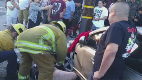 Chofer fuera de control se sube a una acera, choca con un poste y atropella a tres peatones en el distrito de Tarzana