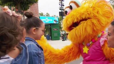Las hijas del Chef Yisus abrazaron a sus monstruos favoritos en su visita a Sesame Street en SeaWorld