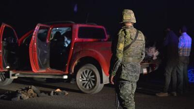 Dejan cinco cabezas humanas en un taxi en México