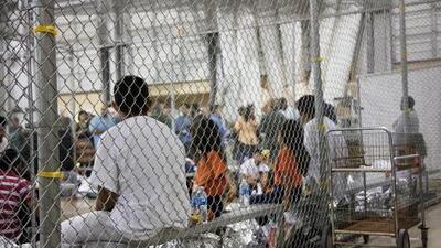 Ponen en cuarentena centro de detención de migrantes en Texas por brote de gripe tras la muerte de menor guatemalteco