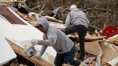 Voluntarios unen fuerzas en Alabama para ayudar a los damnificados de los tornados letales que azotaron al estado