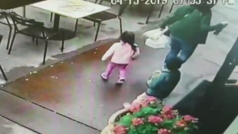 Un auto fuera de control casi atropella a una madre y sus dos hijos a la salida de un restaurante