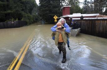 En Fotos: 'Al mal tiempo, buena cara', pese a las condiciones tras las tormentas en California