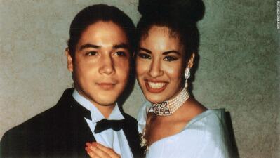 El viudo de Selena Quintanilla no aguantó, se arrodilló e hizo un tierno gesto en su estrella de Hollywood