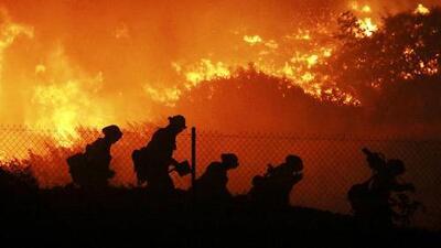 Californianos retoman sus actividades tras devastadores incendios que dejaron al menos tres muertos