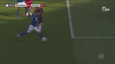 ¡Fue un matón en el área! Serdar adelanta al Schalke con una media vuelta letal