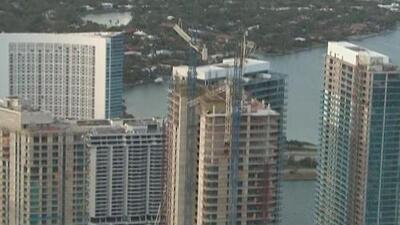Evacúan dos edificios en Miami por una grúa que colapsó con el paso de Irma