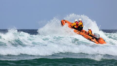 Rescatan a tres hombres antes de que su embarcación naufragara en Haulover