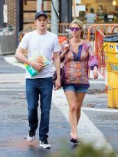 Nicky Hilton y su esposo salen a comprar pañales