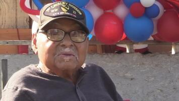 Así festeja su cumpleaños 102 un veterano hispano en Delano
