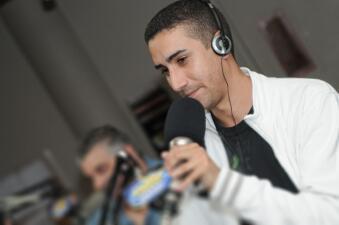 """Nos montamos en un """"time machine"""" para celebrar el Día Nacional de La Radio con los locutores de Mix 98"""