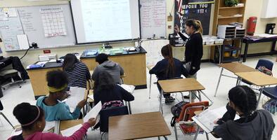 La controversial opción para resolver el ausentismo escolar: pagar a los jóvenes por ir a la escuela