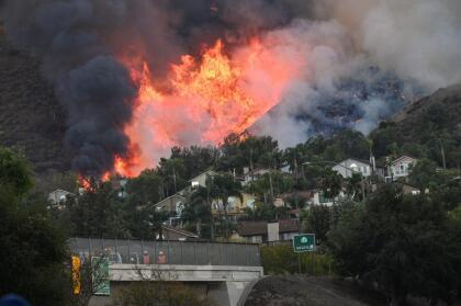 El incendio Blue Ridge estalló justo antes de la 1 p.m.el lunes en el área de Green River Road y 91 Freeway en el extremo oeste de Corona, cerca del Green River Golf Club.