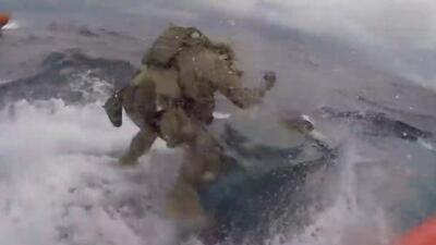 El tenso momento en que la Guardia Costera aborda un narcosubmarino en medio del Pacífico