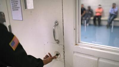 Senadores de Illinois instan a revisión después de casos de paperas en centro de inmigrantes