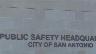 Arrestan a oficial de San Antonio por presunta violencia doméstica
