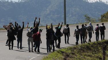 Exigen pruebas de covid-19 y pasaporte: autoridades devuelven a personas del grupo de hondureños que salió rumbo a EEUU