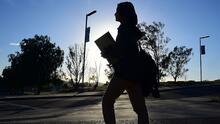 """""""Las tasas de interés son muy altas"""": los desafíos que enfrentan miles de jóvenes por las deudas estudiantiles"""