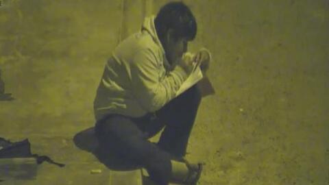 La historia detrás del video viral de un niño que hace la tarea en la calle durante la noche