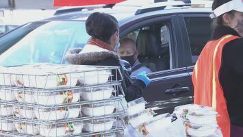 Distrito Escolar de Los Ángeles regala miles de almuerzos a estudiantes de familias de bajos recursos
