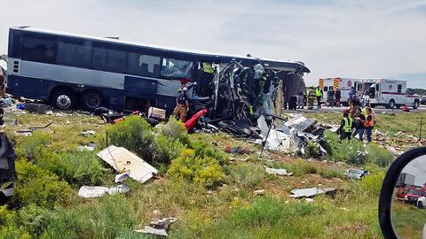 Llegan a Los Ángeles los pasajeros que abordarían el autobús accidentado en Nuevo México