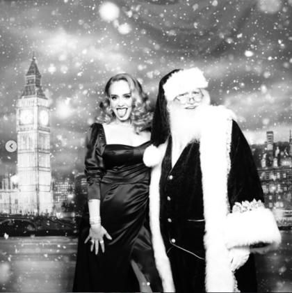 """La navidad pasada, <b> <a href=""""https://www.univision.com/famosos/todos-hablan-de-la-transformacion-de-adele-la-cantante-luce-casi-irreconocible-junto-al-grinch-fotos"""" target=""""_blank"""">los fans de Adele se declararon sorprendidos por la nueva imagen de la intérprete</a></b>, que publicó un par de fotografías en su cuenta de Instagram, una junto al Grinch y otra con Santa Claus."""