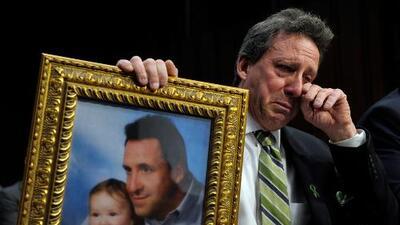 Padres de niños muertos en Sandy Hook demandan a editor de Infowars por impulsar teorías conspirativas sobre la matanza