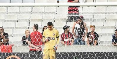 Castigan al portero brasileño que utilizó su teléfono móvil en pleno partido