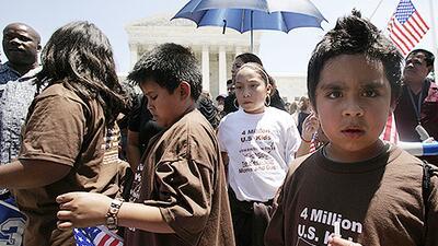 ¿Pierde la ciudadanía estadounidense mi hijo si me lo llevo a México? Respondemos tus preguntas de inmigración