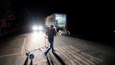 Oscuridad, choques y compras de pánico: así se vivió el primer día de los apagones masivos en California (fotos)