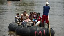 Duermen a la intemperie y toman agua de una laguna: el drama de centenares de guatemaltecos desplazados a 'tierra de nadie'