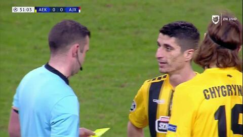 Tarjeta amarilla. El árbitro amonesta a Dmytro Chygrynskiy de AEK Athens