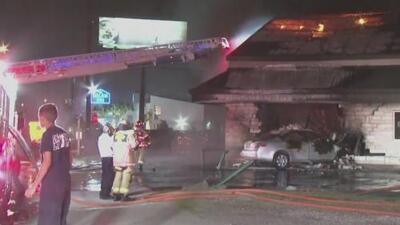 Un conductor se estrella contra un edificio provocando un incendio de dos alarmas en el sureste de Houston