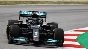 Hamilton gana el GP de España y Sergio Pérez termina en quinto