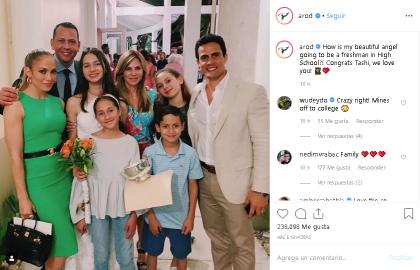 """Rodríguez la felicitó con esta foto y el siguiente mensaje: """"¿Cómo es que mi hermoso ángel será estudiante de preparatoria?"""", escribió."""