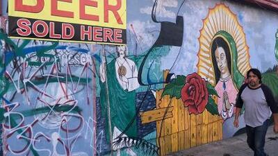Los comerciantes de Los Ángeles se encomiendan a la Virgen para protegerse de las pandillas