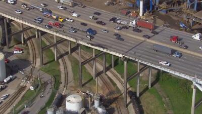 Camionero hispano logra sobrevivir una caída desde un puente, pero muere cuando lo rescatan