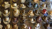 Una tienda de sombreros desata indignación tras vender un símbolo antisemita para los que no quieran vacunarse