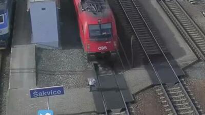 Momento insólito: mujer golpeada por un tren