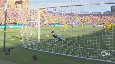 Desde el punto de penal, Pușcaș iguala el marcador para los rumanos