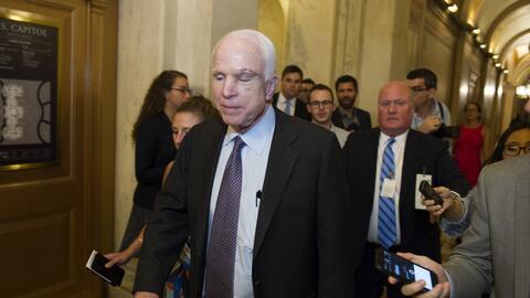 Sorpresa y aplausos tras el decisivo voto de McCain para impedir la derogación de Obamacare