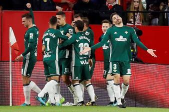 En el regreso de Guardado, Betis goleó al Sevilla en el derbi andaluz