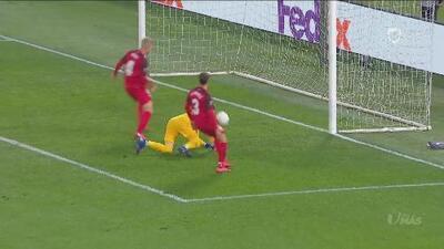 En la línea de gol, el defensa Simon Kjaer salva al Sevilla