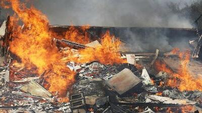 Complejo de apartamentos es consumido totalmente por incendio en Ventura, California