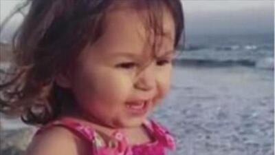 Arrestan a la madre de niña de 2 años hallada muerta en un carro en California