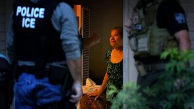 """""""Hay muchas redadas, agarran a la gente que trabaja"""": sin papeles y con Trump, estos latinos vuelven a las sombras"""