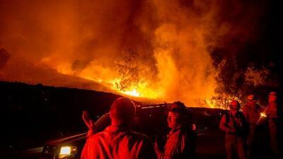 En un minuto: Evacuaciones en California por incendio y alerta por cortes de luz a medio millón de usuarios