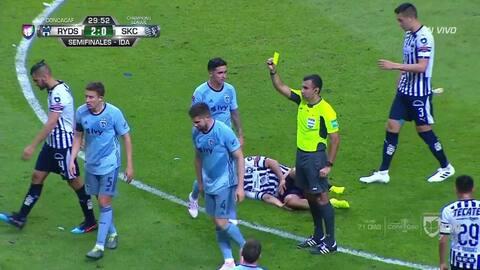 Tarjeta amarilla. El árbitro amonesta a Andreu Fontàs de Sporting Kansas City