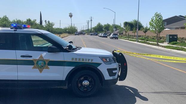 Encuentran a un hombre muerto en un vehículo al oeste de Fresno