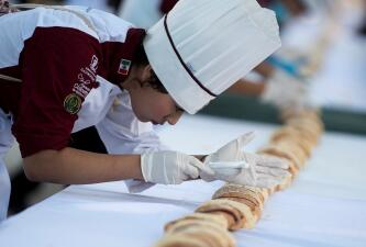 Toneladas de harina y 10,000 huevos: México logra el récord Guinness de la rosca de Reyes más grande del mundo